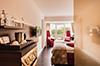 Hier sehen Sie den geräumigen Wohnbereich einer unserer Suiten – der Sitzkomfort stammt übrigens aus eigenem Design.